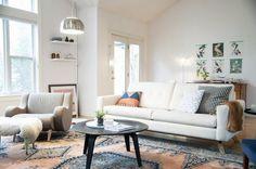 Udana aranżacja salonu, która opiera się na wzorzystych detalach. Kolorowy dywan czy dopasowana charakterem poduszka na...
