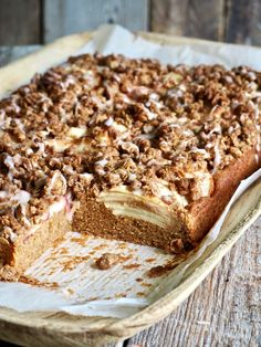 Eplekake i langpanne med smuldretopping No Bake Cake, Tiramisu, Banana Bread, Cake Recipes, Food And Drink, Cooking Recipes, Baking, Ethnic Recipes, Desserts
