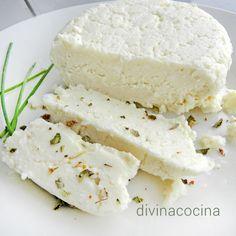 Para preparar un queso de 350 gr aprox. necesitamos 1,5 litros de leche fresca (la que venden refrigerada en todos los supermercados), el zumo de 1 limón y una cucharadita de sal.