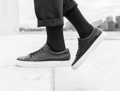 Schlichter Sneaker aus schwarzem Leder und Gummi Cupsole zum schnüren. Hier entdecken und shoppen: https://sturbock.me/20Z