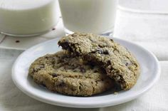 Milk & Cookies Bakery Classic Chocolate Chip Cookies Recipe from Our 50 Best Cookie Recipes (Slideshow) Classic Chocolate Chip Cookies Recipe, Healthy Chocolate Chip Cookies, Chip Cookie Recipe, Best Cookie Recipes, Delicious Desserts, Dessert Recipes, Cookie Bakery, American Desserts, Milk Cookies