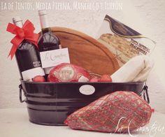 La de Tintos, Media Pierna, Manchego y Turrónes una lujosa canasta navideña con una selección exquisita de productos y media pierna de serrano de mediana maduración (1 Kg.) para un regalo en verda…