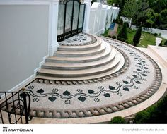 Making of personalized DIY stepping stones - There are many ways in which you can give a personalized look to your garden. One of those is making DIY stepping stones. Pebble Mosaic, Stone Mosaic, Mosaic Art, Mosaic Tiles, Tiling, Mosaic Stairs, Diy Garden, Garden Paths, Garden Art