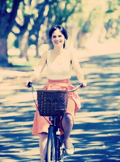 73aa8e55c773a Zooey Deschanel s orange midi skirt on 500 Days of Summer Summer Summer  Summertime