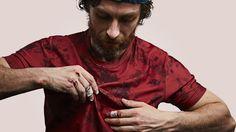 """Nach ihrem gelungenen Wurf mit der Condition Black Serie und dem Baker Miller Pink Hoodie haben die kreativen Köpfe hinter der Marke VOLLEBAK einen weiteren Streich hingelegt: Die Shirts aus der Blood, Salt & DirtReihe gehören eindeutig in die Kategorie """"Geniale Idee"""". Wer in..."""