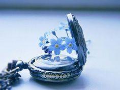 KỶ NIỆM | GÓC CẢM XÚC Kỷ niệm như thể làn sương giăng  Mờ ảo không gian bạc trăng vàng  Và kỷ niệm khi thời gian đọng  Giây phút bồng bột chút tình say