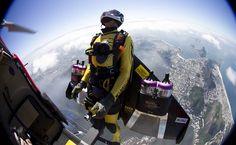 Suíço Yves Rossy salta de helicóptero sobre o Rio para realizar voo solo usando asa de propulsão a jato.