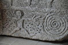 Sarcophage de Ganagobie . Le prieuré Notre-Dame de Ganagobie est une abbaye bénédictine situé à environ 15 kilomètres au nord-est de Forcalquier et à environ 30 kilomètres au sud de Sisteron, dans le département français des Alpes-de-Haute-Provence