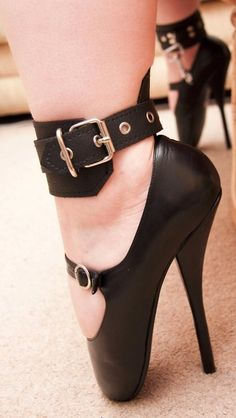 This kinda crazy unless you took ballet like I did.then you just would call it normal lol Extreme High Heels, Hot High Heels, High Heel Boots, Womens High Heels, Heeled Boots, Shoe Boots, Ballet Boots, Ballet Heels, Pumps Heels