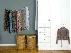 O usa un cordel y algunas pinzas de ropa para un enfoque más decorativo. | 53 trucos para organizar la ropa que te van a cambiar la vida de verdad