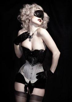 rubia peligrosa, Look at her waist! :O