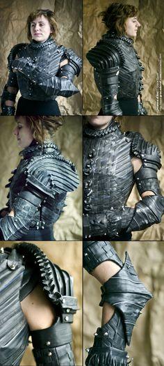 Jeanne d Arc. Armadura de Juana de Arcos. por Grace Duval. Tire Tread, Team Uniforms, Fantasy Armor, Body Armor, Leather Design, Costume Design, Industrial Style, Metal Working, Cosplay