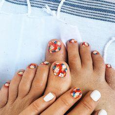 I painted some aloha print nails. En rouge. Le DIY is on le blog goldfishkiss.com #nailart #pedicure #goldfishkisstoes