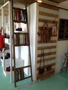 Decoracion vintage con antigua escalera de lapacho para mostrar cinturones. deseodeco.com