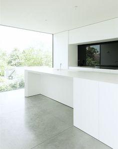 White kitchen with concrete floor and minimal window frames. House DZ in Mullem by Graux & Baeyens Architecten. Concrete Kitchen, Concrete Floors, Plywood Floors, Concrete Lamp, White Concrete, Stained Concrete, Concrete Countertops, Laminate Flooring, Minimalist Kitchen