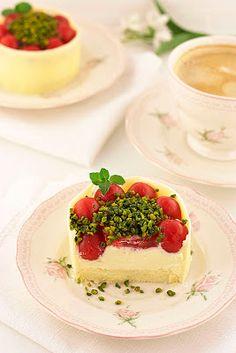 Mascarpone cupcakes with cherries / Mascarpone cherry mini cakes - Sweet cornerSweet corner