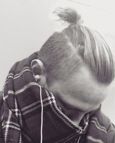 Ever wondered how much hair length is needed for the man bun? Read this manbun guide to know exactly what hair lengths to go for when growing your man bun!