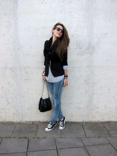 fashion - streetstyle - black blazer, skinny jeans and converse