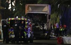Dos agentes de policía francesa dijeron que los documentos de identidad encontrados junto al agresor responsable de una matanza en el sudeste de Niza pertenecían a un ciudadano francés de 31 años con raíces tunecinas