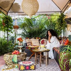 8 Backyard Design Ideas from Justina Blakeney is part of Boho patio Take a cue from designer Justina Blakeney and turn your backyard into an exotic retreat - Bohemian Living, Bohemian Patio, Bohemian Gypsy, Bohemian Style, Bohemian Interior, Hippie Style, Patio Bohemio, Patio Tropical, Tropical Plants