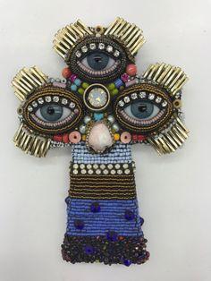 4.25x3x.75 Dieses einzigartige Perlen Kreuz von Betsy Youngquist ist verziert mit Vintage Glas-Schmuck-Komponenten, Vintage Metallperlen, Abalone, Koralle, Shell und zeitgenössische Glasperlen mit einem Mosaik-Verfahren. Die Glasaugen Puppe wurden aus dem Gelände einer alten deutschen Glashütte geborgen, wie Porzellan Puppe Nase war. Dieses Stück hängt an der Wand...