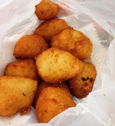 A foto não faz jus ao sabor desses mini(s) acarajé que provei em Recife! Sem recheio mesmo só a massa frita com um leve toque de dendê. Dá para comer quilos disso sequinhos e crocantes ultra yumminesss! Êta terrinha das comidas boas   Quem me apresentou essa delicia foi a @fruttetocozinha  #cozinhabrasileira #vegan by chubbyvegan