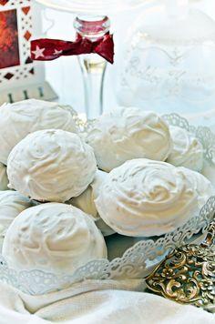 Rögtön puha mézes puszedli - Hozzávalók: – 5 bögre rétesliszt (75 dkg) – 1 púpos bögre finomliszt (15 dkg) – 1 púpos bögre porcukor (16 dkg) – 2 púpos tk szódabikarbóna – 2 púpos tk mézeskalácsos fűszerkeverék – 4 tk kakaópor – 2 tojás sárgája + 2 egész tojás – 15 dkg puha vaj – 1 bögre akácméz + még két ek. – 2 ek tejföl A mázhoz: – 1 tojás fehérje – másfél bögre porcukor (18 dkg) – 1 tk étkezési keményítő