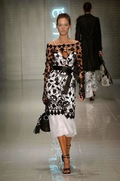 Laura Biagiotti desenvolveu peças lindas em crochê para a Primavera 2006. Vestidos, saias e casacos confeccionados com motivos naturais...