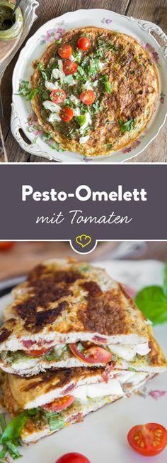 Ei, Frühlingszwiebeln und getrocknete Tomaten werden in der Pfanne zum fluffigen Omlette. On top gibt's günes Pesto, kleine Cherrytomaten und Mozzarella.