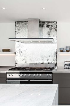 Mirrored Kitchen Splashback with Toughened Vintage Style of Antiquing Antique Mirror Splashback, Kitchen Splashback Tiles, Mirror Backsplash, Splashback Ideas, Mirror Tiles, Glass Kitchen, Wooden Kitchen, Interior Styling, Interior Design