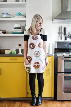 Donut apron DIY (click through for tutorial) - Elie DIY Shop Apron, Apron Diy, Diy Donuts, Doughnuts, Donut Gifts, Donut Decorations, Girl Scout Crafts, Cute Aprons, Beautiful Mess