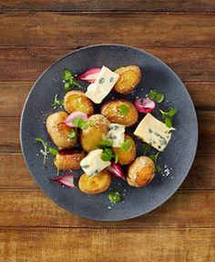 Baked potatoes with Castello Creamy Blue and watercress - Castello USA Garlic Cheese Biscuits, Cheese Scones, Roasted Potato Salads, Roasted Potatoes, Side Dishes For Salmon, Blue Cheese Recipes, Potato Frittata, Vegan Starters, Baked Potato Recipes