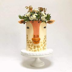 50 Most Beautiful looking Giraffe Cake Design that you can make or get it made on the coming birthday. Giraffe Birthday Cakes, Giraffe Cakes, Owl Cakes, Fancy Birthday Cakes, Fancy Cakes, Cute Cakes, Yummy Cakes, Cake Decorating Techniques, Cake Decorating Tips