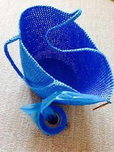 なんとこちらはスズランテープ! 出来上がれば防水ビニールバッグに大変身♪ 変わった素材は編みにくさもありますが、トライしたい面白さがあります。