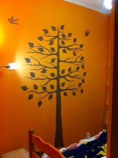 ręcznie malowane drzewko: pień drzewa i gałęzie malowane od ręki, a ptaszki i liście wykonane z szablonu z tektury (wycięty wzór w tekturze, owinięty taśmą przeźroczystą) :)