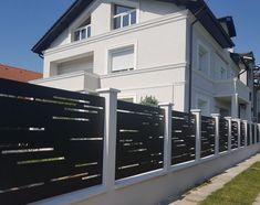 locuinta rezidentiala cu gard modern din panouri traforate la plasma House Fence Design, Modern Fence Design, Door Design, Metal Facade, Metal Panels, Compound Wall Design, Modern Front Yard, Arch House, Iron Gates