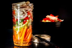 If you can't go to the restaurant to eat this delicious Asian Mason Jar Salad, keep watching to see how to make it at home Delicious Dinner Recipes, Lunch Recipes, Healthy Gluten Free Recipes, Vegetarian Recipes, Cold Chicken Salads, Salad In A Jar, Food Videos, Mason Jars, Restaurant