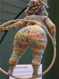 Yulia Ustinova, que también verás escrito como Julia Ustinova, es una artista rusa, instalada en Moscú, que crea unas muy curiosas esculturas de ganchillo. Mujeres más que voluptuosas en situacion…
