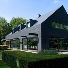 WillemsenU Architecten has remodelled a house near Eindhoven, adding a new dark cladding to the exterior and reorganising the rooms inside 1960s House Renovation, Renovation Facade, Modern Barn, Modern Farmhouse, Style At Home, Contemporary Architecture, Architecture Design, Contemporary Homes, Dutch House