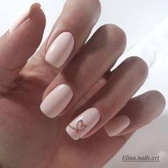 Manucure nude rose et détail doré #nude #vernis #nailart #beige #ongles