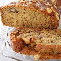 Applesauce works wonders in our lightened-up version of a classic low-calorie banana bread recipe. Who doesn't love a warm piece of fresh banana bread? Low Fat Banana Bread, Banana Bread Recipes, Banana Nut, Great Recipes, Favorite Recipes, Wiener Schnitzel, Healthy Snacks, Healthy Recipes, Good Food