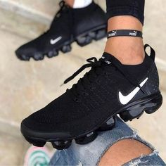 It's important to choose the correct women's sneakers when using them for different activities. Read more to learn how to choose the right women's sneakers. Moda Sneakers, Cute Sneakers, Casual Sneakers, Sneakers Fashion, Sneakers Nike, Black Sneakers, Sneakers Women, All Black Nike Shoes, Womens Nike Trainers