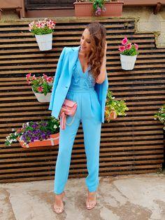 Tras la pista de Paula Echevarría » DE COMUNIÓN. Light blue jumpsuit+blush embellished ankle strap heeled sandals+light blue blazer+pink chain shoulder bag. Spring First Communion Guest Outfit 2017