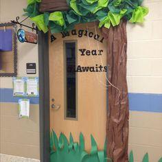 Ideas for door decorations classroom tree Forest Theme Classroom, New Classroom, Classroom Setting, Classroom Design, Classroom Displays, Preschool Classroom, Classroom Themes, In Kindergarten, Rainforest Classroom