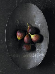 figs on oval metal platter - image via 25media tumblr as seen on linenandlavender.net - http://www.linenandlavender.net/2014/04/a-feast-for-eyes.html