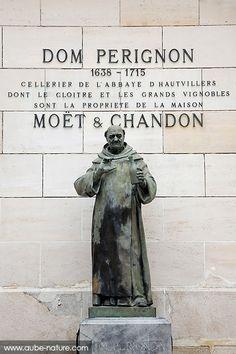 Dom Pérignon, inventeur du Champagne, statue dans la cour des Champagne Moët et Chandon à Epernay