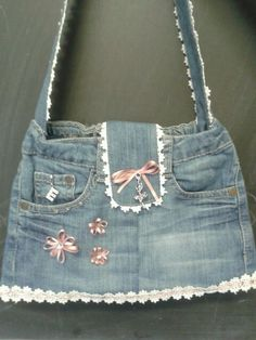 make purses out of old jeans .my new project after i loose some weight. Denim Bags From Jeans, Denim Tote Bags, Denim Handbags, Denim Purse, Denim Bag Patterns, Blue Jean Purses, Denim Crafts, Denim And Lace, Recycled Denim