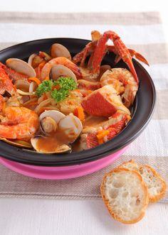 魚介類を食べたいのなら「ブイヤベース」がおすすめ♪ しめはパスタを入れて食べると美味しいですよ。 魚貝のうま味が詰まったスープにパスタが絡まってこの美味しさははまります。
