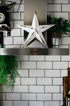 Completed Rustic paper barn star using the faux rust method / Grillo Designs Diy Projects On A Budget, Backyard Projects, Diy Craft Projects, Craft Ideas, Craft Tutorials, Decorating Ideas, Decor Ideas, Gray Painted Walls, Silver Spray Paint