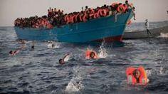 Image copyright                  AP Image caption                                      Los migrantes que saltaron de las embarcaciones hacinadas en las que viajaban fueron ayudados por rescatistas italianos y de organizaciones no gubernamentales.                                Alrededor de 6.500 migrantes fueron rescatados el lunes en las aguas de Libia, informaron los guardacostas italianos. Se trata de una de las operaciones más grandes de